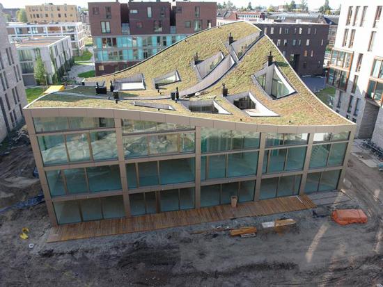El techo verde ondulado, edificio Blok K de NL architects